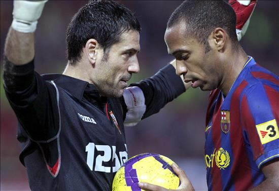 Faking It: Andres Palops (Sevilla) lame attempt to get Thierry Henry (Barcelona) booked