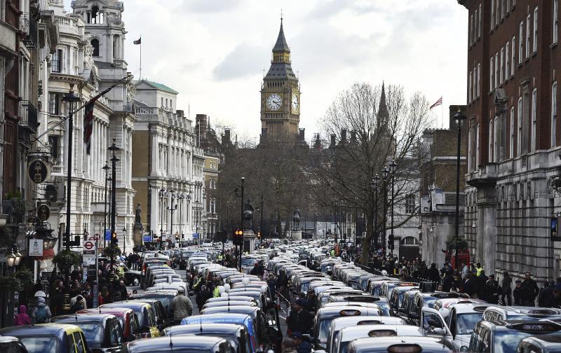 Miles de taxis bloquean el centro de Londres en protesta por Uber