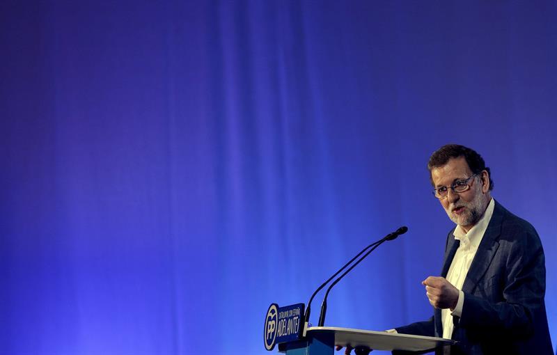 Rajoy cumple 62 años y sopla las velas de la tarta en el comité del PP